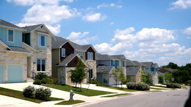 stockvideo's en b-roll-footage met ontwikkeling van de nieuwe rij huizen in de voorstad van austin, texas - het zuidwesten van de verenigde staten