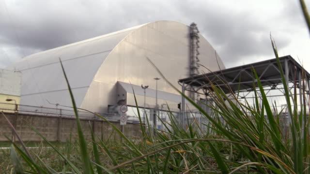 stockvideo's en b-roll-footage met new safe confinement - unit 4 remains shelter ar chernobyl npp - kernramp van tsjernobyl