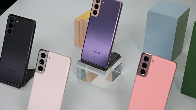 vidéos et rushes de new samsung galaxy smartphones displayed at samsung galaxy unpacked 2021 event in new york city, new york state, u.s., on wednesday, january 13, 2021. - electrical equipment