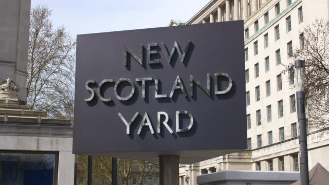 new scotland yard moving sign - 警視庁点の映像素材/bロール