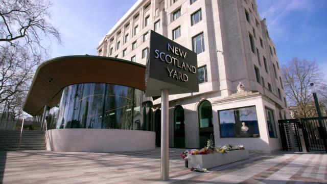 vídeos y material grabado en eventos de stock de new scotland yard revolving sign curtis green building - met