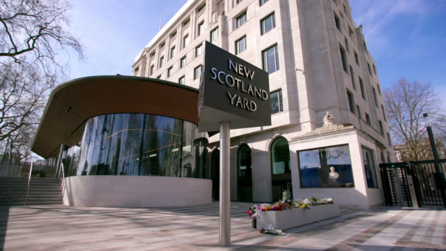 new scotland yard revolving sign curtis green building - 警視庁点の映像素材/bロール