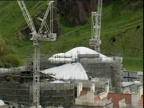 new scottish parliament building under construction edinburgh - erezione video stock e b–roll
