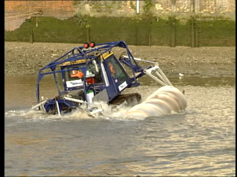 New snow vehicle tested on Thames ITN London River Thames Snowbird 6 sinking into Thames CMS Cylinder thrashing in water as sinking BV Snowbird along...