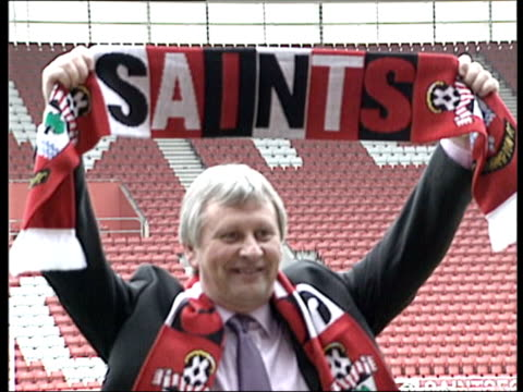new southampton manager paul sturrock itv late news u'lay southampton st mary's stadium ext slow motion paul sturrock posing with 'saints' scarf int... - itv late news stock-videos und b-roll-filmmaterial