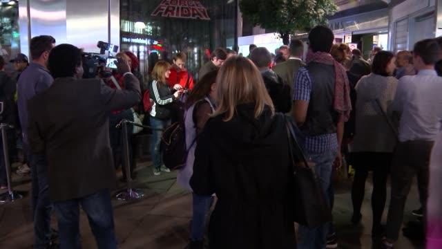 new star wars film merchandise launched; england: london: oxford street: ext / night **beware flash photography** people queuing outside the disney... - loslassen aktivitäten und sport stock-videos und b-roll-filmmaterial