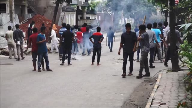 stockvideo's en b-roll-footage met new student led protests calling for better road safety are met with tear gas and rubber bullets as the government of bangladesh promises to... - munitie
