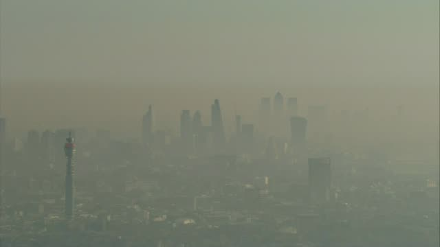 vídeos de stock e filmes b-roll de new study finds uk has one of the worst pollution death rates in europe lib / smog around city of london skyscrapers inlcuding bt tower - bt tower londres