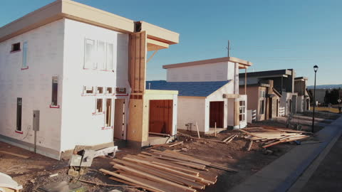 vidéos et rushes de nouveau lotissement de petites maisons, certaines terminées et deux en construction - reconstruction