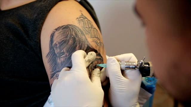 vidéos et rushes de nouveau tatouage sur l'épaule - tatouage