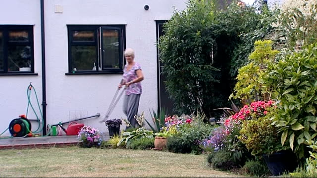 vidéos et rushes de new technique to help incontinence sufferers england ext angela watts set up in garden and interview sot handheld remote elctronic 'stimulator' that... - incontinence
