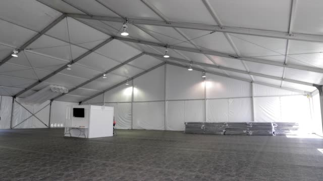 vídeos de stock e filmes b-roll de new temporary facility has been completed in yuma arizona as part of the ongoing response to the current border security and humanitarian crisis... - southwest usa