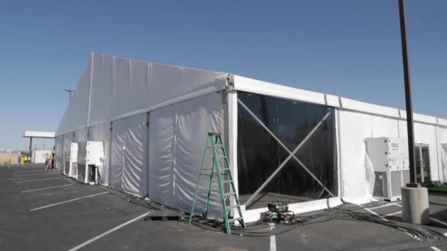 vídeos de stock, filmes e b-roll de new temporary facility has been completed in yuma arizona as part of the ongoing response to the current border security and humanitarian crisis... - southwest usa