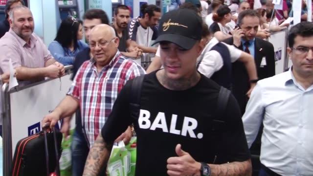 vidéos et rushes de new transfer of fenerbahce, dutch football player gregory van der wiel arrives at istanbul's atatürk airport for transfer negotiations on july 03,... - troc