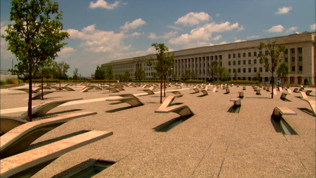 stockvideo's en b-roll-footage met new trees grow at the 911 pentagon memorial. - gedenkteken
