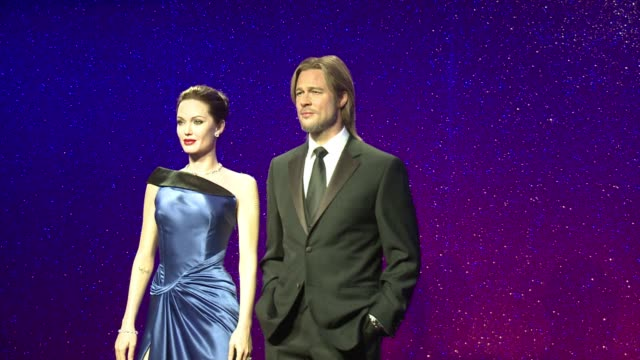 vídeos de stock e filmes b-roll de new wax work figures of power couple brad pitt and angelina jolie were unveiled at london´s madame tussauds on tuesday, to mark brad pitts fifthtieth... - brangelina casal