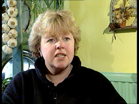 new welfare reform bill unveiled; itn england: london: int single mother tina wade playing cards with her children around table tina wade interview... - デイリーメール点の映像素材/bロール