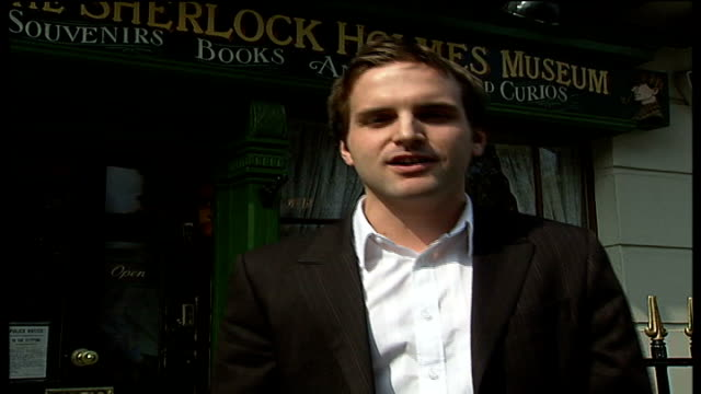 new west end production of 'the hound of the baskervilles' england london ext reporter to camera outside sherlock holmes museum wearing deerstalker... - メリルボーン点の映像素材/bロール
