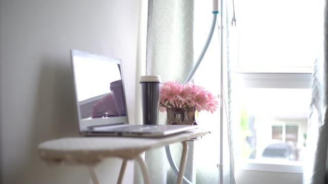 自宅の楽屋の新しい作業スペース - アイロン点の映像素材/bロール
