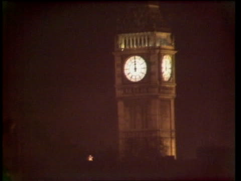 vidéos et rushes de london celebrations / two women trampled to death england london trafalgar square night tms pan mass crowds at trafalgar square lms crowds at... - big ben