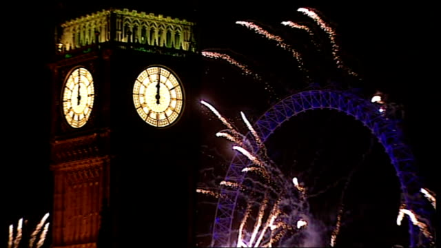 vidéos et rushes de london prepares for new year celebrations; t01011220 / tx 1.1.2012 night big ben clock face as striking midnight as fireworks launched from big ben... - minuit