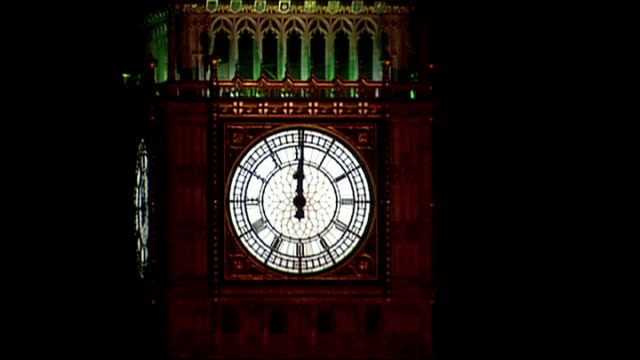 vidéos et rushes de big ben strikes midnight; england: london: westminster: ext at night big ben striking midnight sot - minuit