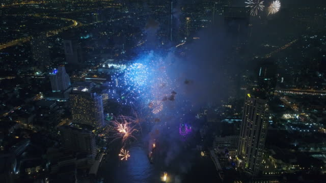 vídeos de stock e filmes b-roll de new year 2018 celebrations at bangkok, thailand - espetáculo de fogo de artifício