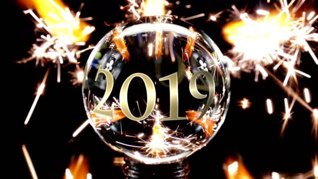 vídeos y material grabado en eventos de stock de año 2019 en la bola de cristal, quema de luces de bengala - firework explosive material