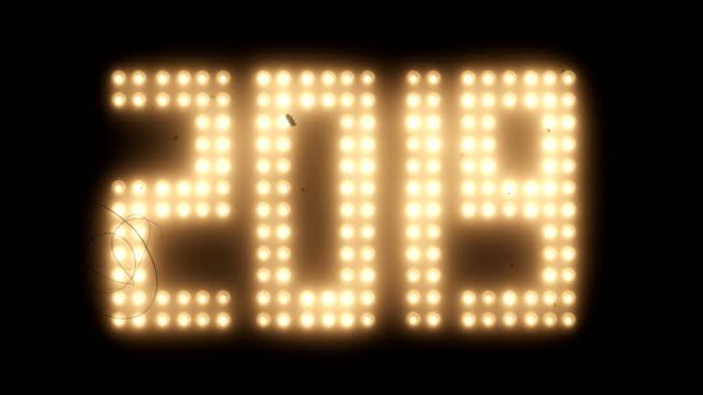 vídeos y material grabado en eventos de stock de año nuevo 2019 - reflector luz eléctrica