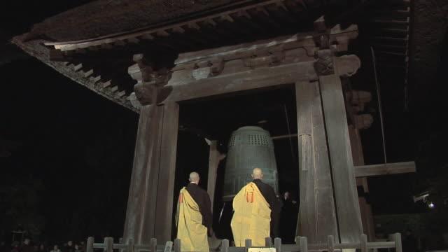 ws new year celebration in zen temple performed by zen monks / kamakura, japan - 僧点の映像素材/bロール