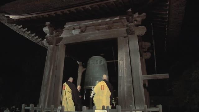 ws new year celebration in zen temple performed by zen monks / kamakura, japan - ベル点の映像素材/bロール