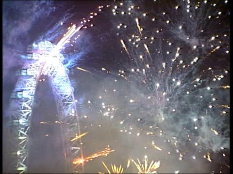 vídeos y material grabado en eventos de stock de new year celebrations around the world england london gvs fireworks exploding around millennium wheel - el milenio