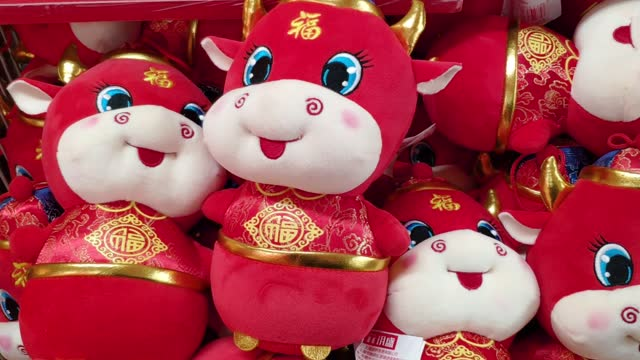 vídeos de stock e filmes b-roll de new year decorations are on sale for the chinese lunar new year of ox in a supermarket on february 6, 2021 in shenzhen, guangdong province of china. - ano novo chinês