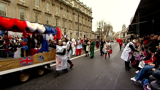 vídeos de stock, filmes e b-roll de new year's day parade cheerleaders and olympicthemed parade *** music heard over following shots sot ** women performing dance with hoops / person in... - dia do ano novo