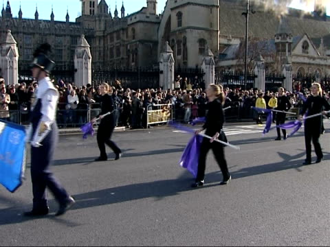 vídeos de stock, filmes e b-roll de new year's day parade in london more general views of steelband playing on moving truck by big ben / more of us high school marching bands parading... - dia do ano novo
