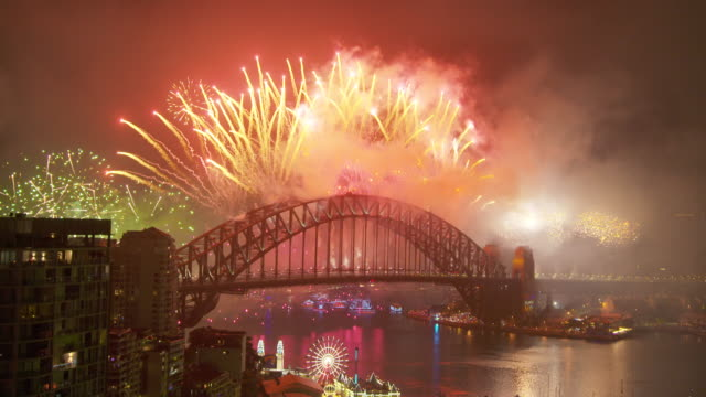 new year's eve celebration over harbour bridge - オペラ座点の映像素材/bロール