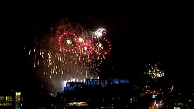 new year's eve celebrations: edinburgh firework display; scotland:edinburgh ext/night wideshot of edinburgh castle in darkness / gvs new year's eve... - firework display stock-videos und b-roll-filmmaterial