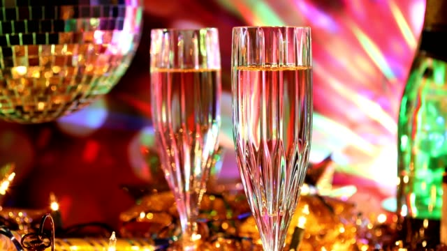 silvester urlaub party mit champagner, discokugel, dekorationen. - lametta stock-videos und b-roll-filmmaterial