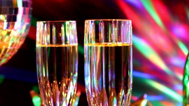 vídeos y material grabado en eventos de stock de vacaciones de fin de año fiesta con champagne, bola de discoteca, decoraciones. - fiesta posterior