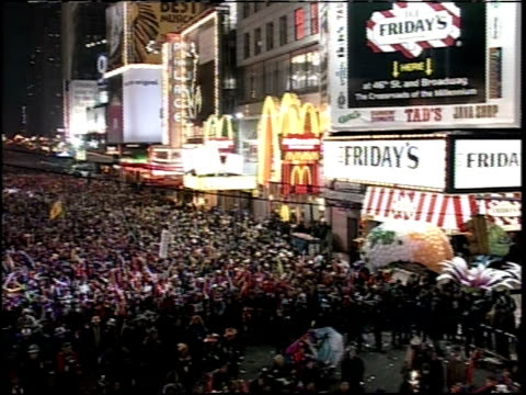 vídeos y material grabado en eventos de stock de new year's eve in times square; camera pan of crowd - 1999