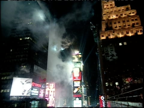 new year's eve in times square camera zoom in - mtv1 stock-videos und b-roll-filmmaterial