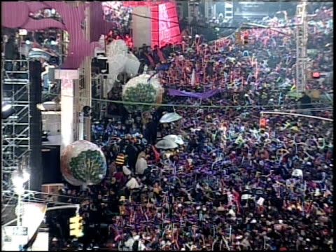 new year's eve in times square camera zoom out from crowd - mtv1 stock-videos und b-roll-filmmaterial
