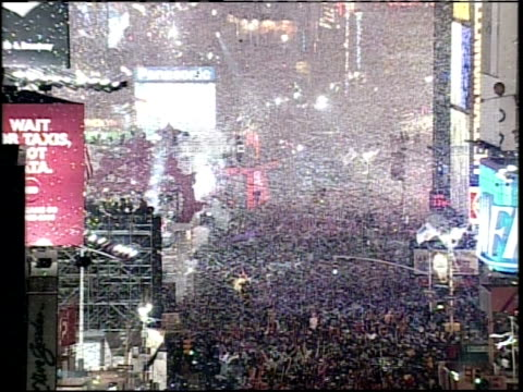 vídeos de stock e filmes b-roll de new year's eve in times square confetti and fireworks - 1999