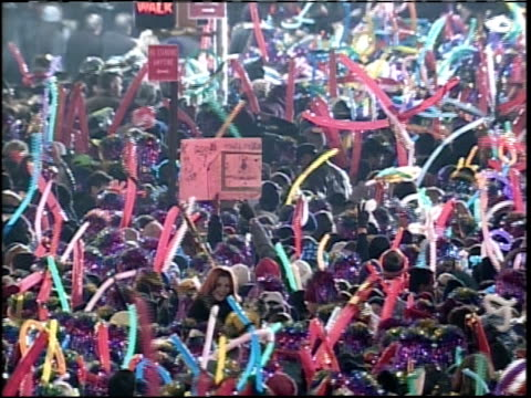 vídeos de stock e filmes b-roll de new year's eve in times square crowd waving - 1999