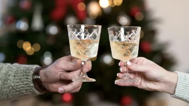 new year eve toast - neujahr stock-videos und b-roll-filmmaterial