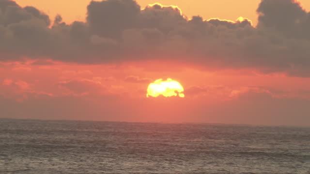 new year's first sunrise over ocean, ibaraki, japan - 正月点の映像素材/bロール