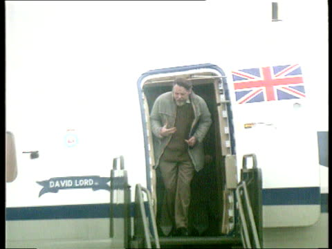 stockvideo's en b-roll-footage met wiltshire raf lyneham ms terry waite out plane waves cms waving terry - wiltshire