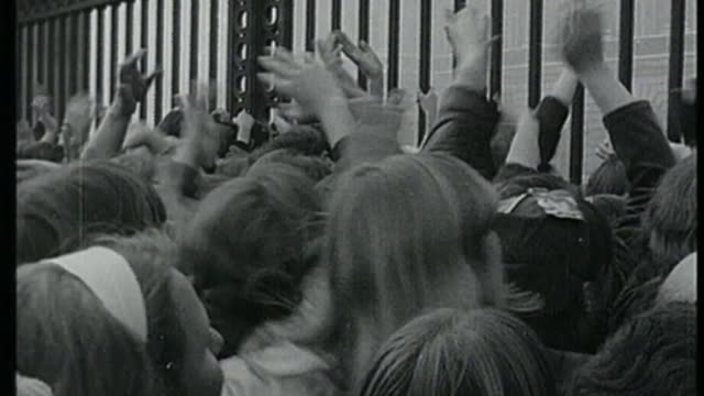 new year's honours list 2018 s16110603 london buckingham palace ext b/w ringo starr along with fellow beatles posing with mbes - the beatles video stock e b–roll