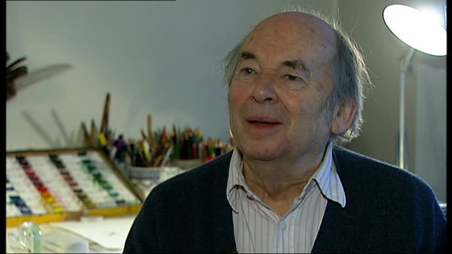 vidéos et rushes de new year's honours list recipients announced england int sir quentin blake drawing with pen and ink at desk close shots of blake drawing illustration... - matériel pour écrire