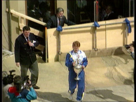 tms gordon strachan towards carrying cup strachan holding up cup to cheering crowds tx - ゴードン ストラハン点の映像素材/bロール